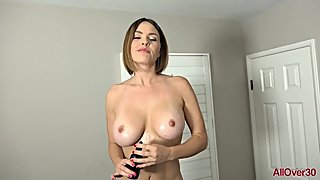 HOT MOM SHOWS TITS